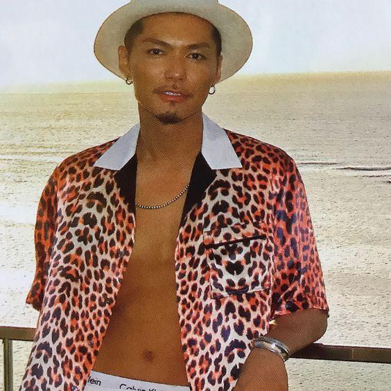 赤いヒョウ柄のシャツを着た手すりに寄りかかるEXILEのSHOKICHIの画像・壁紙