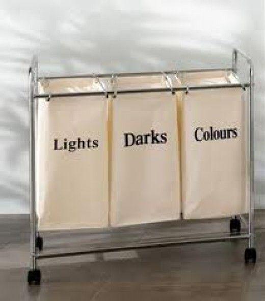 Para quem tem espaço na lavanderia, cestos separados para roupas claras, escuras e coloridas são uma mão na roda