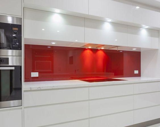 Eine Hitzebestandige Nischenruckwand Aus Ansprechendem Rotem Lacobel Glas Verschonert Jede Kuche Die Oberf White Modern Kitchen Kitchen Stocked Gloss Cabinets