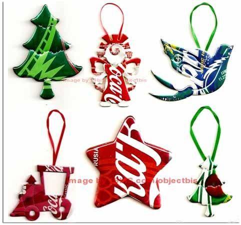 Adornos navideños para árbol de navidad hechos con latas de refresco