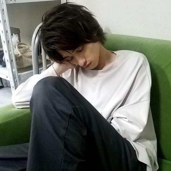 """【公式】あなたの番です on Instagram: """"・ ついに、どーやんがあな番の現場で寝ましたよほほーい😴😴 ・ #横浜流星 #すやすや流星くん #圭さんとは反対側で寝てます #寝顔かっこよ #下向く派でした #この緑のソファーは寝心地がいいみたいw #あなたの番です #あな番 #第18話は8月25日夜10時半 #ザワつく日曜日"""""""