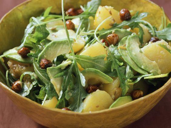 Kartoffel-Avocado-Salat mit Haselnüssen und Rucola - smarter - Zeit: 45 Min. | eatsmarter.de