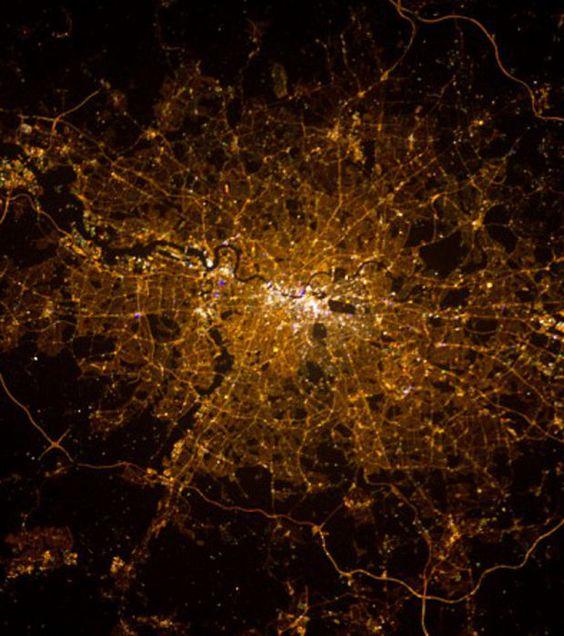 La Terre vue de nuit depuis l'espace : Londres, la capitale britannique, photographiée par Chris Hadfield.