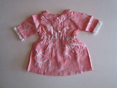 Schoene-alte-Puppenkleidung-Rosa-Kleid-mit-weissem-Muster