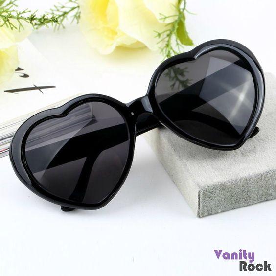 Óculos de Coração pra combinar com esse solzão!!!  Disponível na Cor Preta.  Compre Online: www.vanityrock.com.br