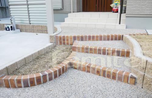 施工例:アプローチ階段洗い出し 縁レンガライン