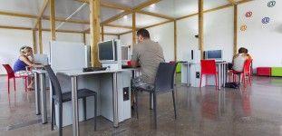 Sala de internet con ordenadores / Internet Room with several computers