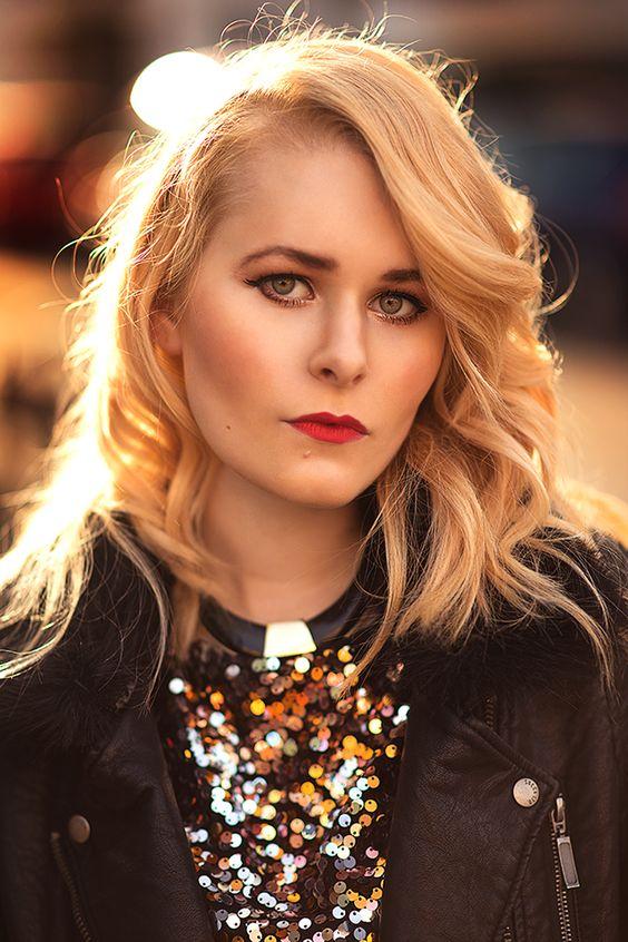 Influencer und Bloggerin Christina Key trägt lange, blonde Haare und einen roten Lippenstift