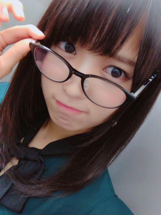 黒縁眼鏡をかけた菅井友香