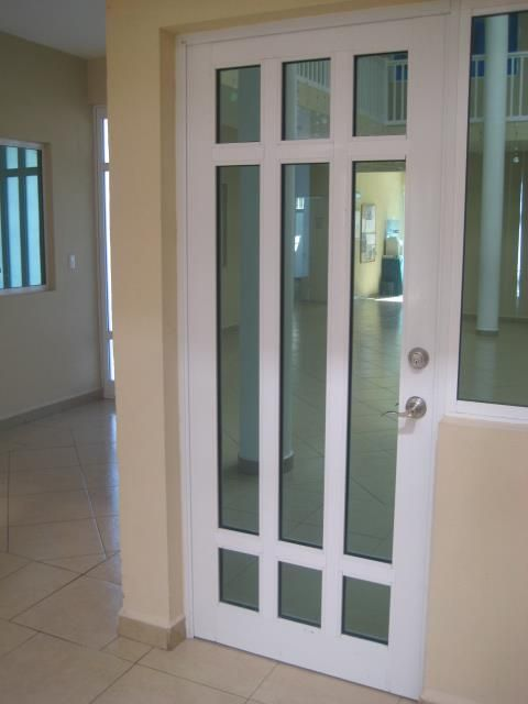 puerta aluminio en color blanco de 3 pulgadas vidrio