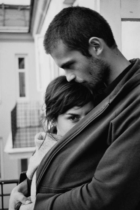Do frio desculpa se fez pra ele estender seu casaco nos ombros dela. O inverno então se desfez quando ela em troca lhe deu com um olhar um abraço <3: