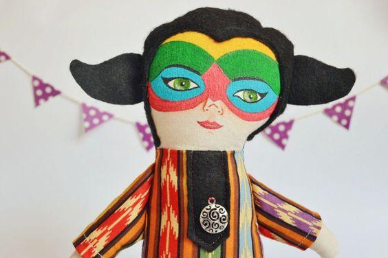 Björk Volta es muy colorida, inspirada en el maquillaje del disco y el vestido en la gira mundial, representa la tierra y las energías que n...