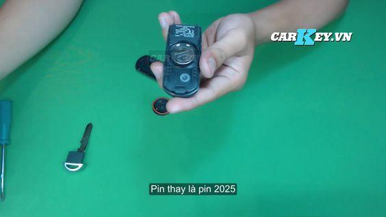 Lắp pin vào vỏ chìa khóa xe hơi mazda