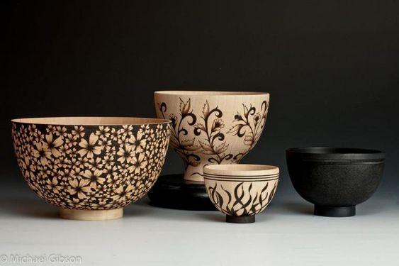 Увидев в интернете изображения расписных чайников, я подумала, что они керамические и устроилась поудобнее, чтобы их разглядеть. Каково же было моё изумление, когда присмотревшись, я поняла, что всё увиденное не из глины. Тогда мне захотелось побольше узнать об этих чудесных изделиях и людях, которые достигли такого мастерства. Я хочу рассказать вам о творческом союзе супружеской пары из Америки, которые создают прекрасные изделия из дерева.