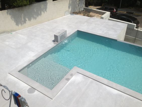Construction d 39 une piscine beton marinal a debordement et for Piscine design plage