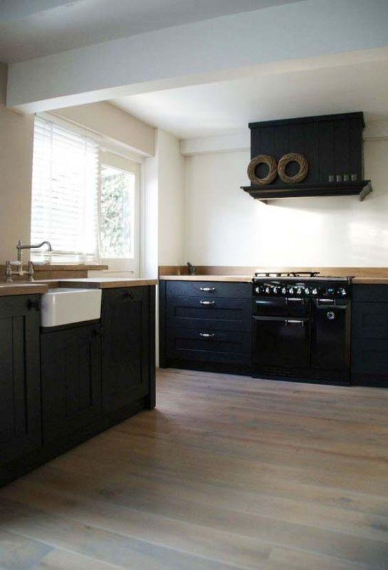 Mooie zwarte massief houten keuken van wieringh keukens landelijk nostalgisch kitchen - Zwarte houten keuken ...