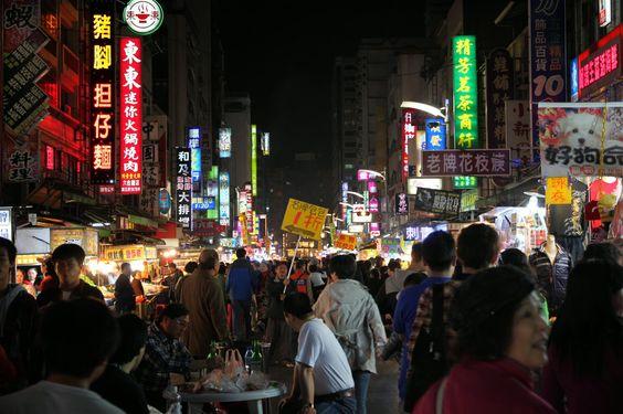 Những con đường rộng rãi sạch sẽ là điều dễ nhận ra ở chợ đêm Lục Hợp