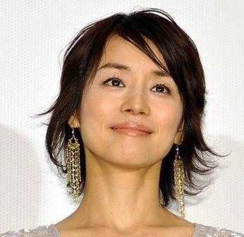 揺れるイヤリングをつけた石田ゆり子