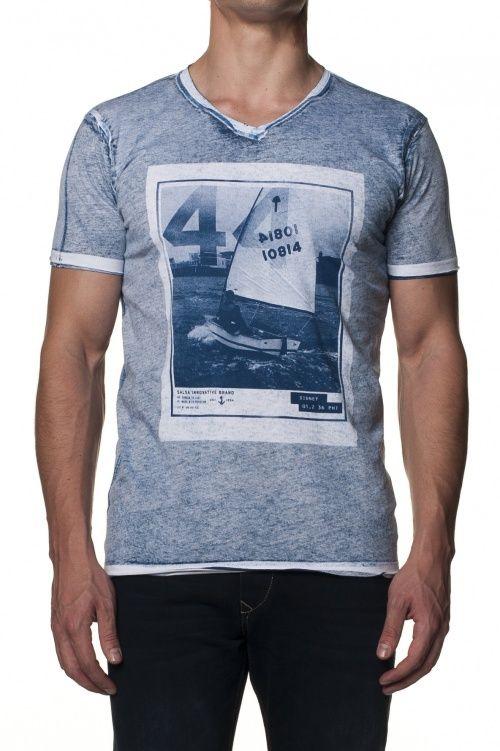 100% AlgodãoT-Shirt com estampado do avesso, fit slim, decote em V e manga curta