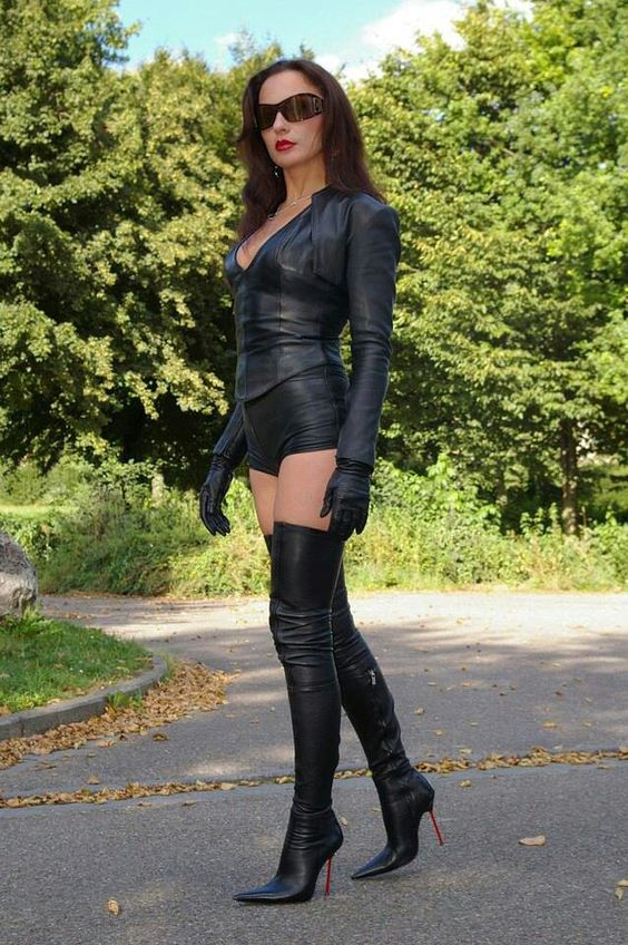 Fetish diva in leather and highboots 6