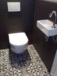 Wc petits carreaux mur et carreaux ciment au sol wc pinterest toilettes poudre et design - Deco kleine wc ...