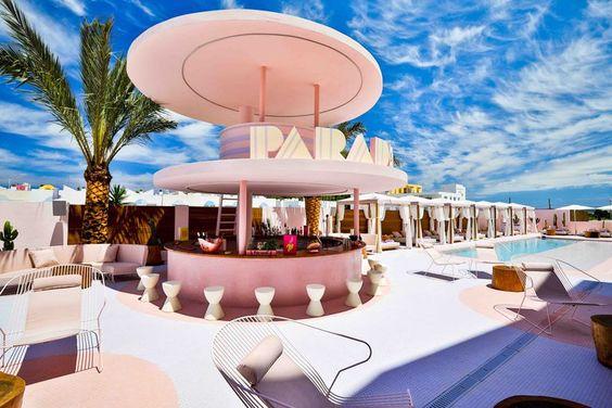 Vintage E Pop A Prova Di Instagram In Questo Hotel A Ibiza Tutto Rosa L Arte è Di Casa Hotel Ibiza Pool Bar Ibiza