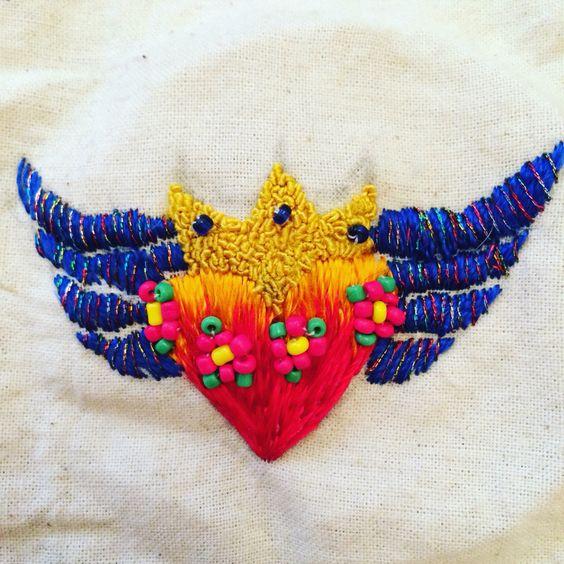 Corazón alado bordado