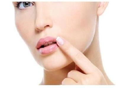 L'herpes labiale è un insieme di piccole vesciche non solo esteticamente poco attraenti, ma possono essere addirittura dolorose. Queste vesciche sono in realtà delle tasche sotto la superficie della pelle intorno alla bocca o sulle labbra. I sintomi possono verificarsi in qualsiasi momento e sono innescati da diverse cause, di cui le più comuni sono: stress, fluttuazioni ormonali, interventi chirurgici, febbre o esposizione al sole. L'herpes labiale scompare di solito senza alcun…