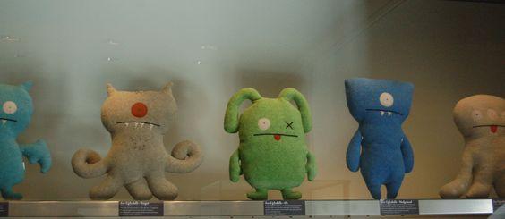 * Ugly Dolls  les Uglydolls sont les enfants de l'amour de deux étudiants en arts décoratifs de la Parsons de NewYork (The New School for Design). David Horvath et Sun-Min Kim qui partagent un univers, et une passion : le jouet. La mère de David créait des prototypes pour Mattel ; Sun-Min réalisait des maisons pour ses poupées.