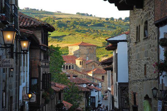 Santillana del Mar posee un conjunto medieval histórico de gran valor, uno de los más bonitos de España. En sus inmediaciones se encuentra la cueva de Altamira