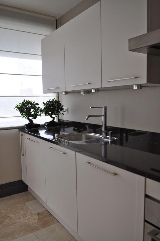Hoogglans witte design keuken met zwart granieten werkblad na stijlidee interieuradvies en - Keuken design werkblad ...