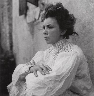 * Leonor Fini à St Martin d'Ardèche (1939 ) photo Lee Miller Leonor Fini quitte Paris avec son ami Mandiargues, passe une partie de l'été 1939 en compagnie de Max Ernst et de Leonora Carrington dans leur maison en Ardèche