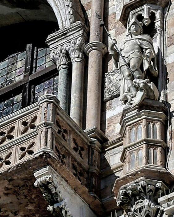 Venezia Palazzo Ducale. Pier Paolo e Jacobello Dalle Masegne particolare del balcone della facciata a molo. Nella nicchia San Giorgio. #venezia #venice #venise #venedig #italia #italy #art #arte #architecture #architettura #details #particolare #scultura #sculpture #beniculturali30 #instaart #artoftheday #amazing #beatiful #ig_masterpiece #capture #picoftheday #bestoftheday #instamood #igworldclub #follow #followme #loves_united_venice #ig_venice #vscocam by zia_principessa