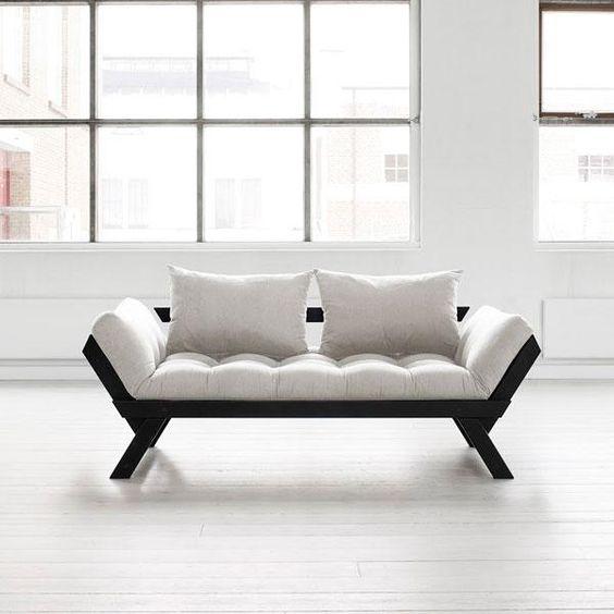 El Bebop es un cómodo sofá de diseño limpio, acogedor, confortable y de estructura sólida. Perfecto para combinar en cualquier tipo de ambiente, está fabricado con madera de pino macizo escandinavo de tala certificada FSC.Los laterales son abatibles permitiendo transformar el sofá en pocos pasos en una cómoda cama individual. Incluye un futón de 12 cm de anchura como parte acolchada y cojines para el respaldo.El sofá está disponible con la estructura de madera color negro y el futón en…