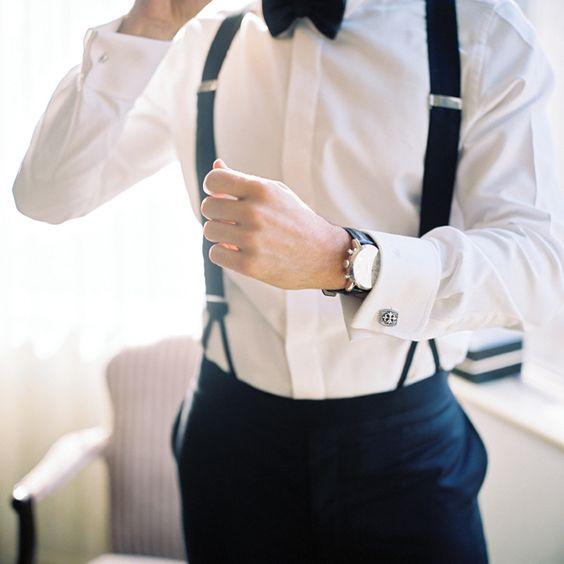 Yo deseo que mi novio lleve un traje con un corbatín, los tirantes, y un blazer cruzado negro.