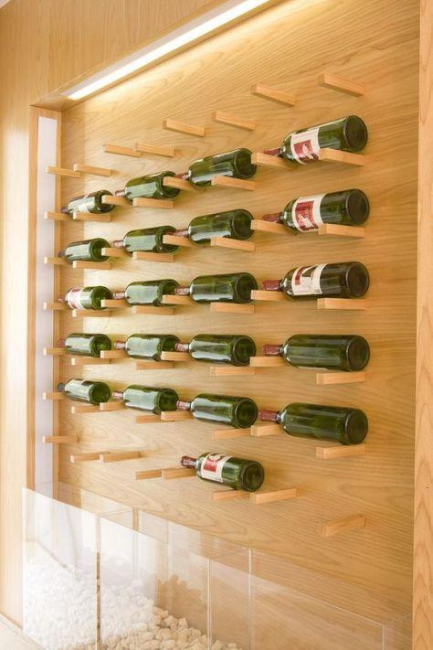 adega super diferente, com espaço para exposição e armazenamento de vinhos e nichos em acrílico para guardar rolhas. Painel e prateleiras em madeira com iluminação embutida