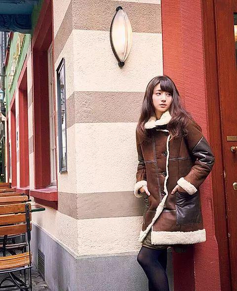 ムートンコートが大人っぽい雰囲気の木村文乃さん