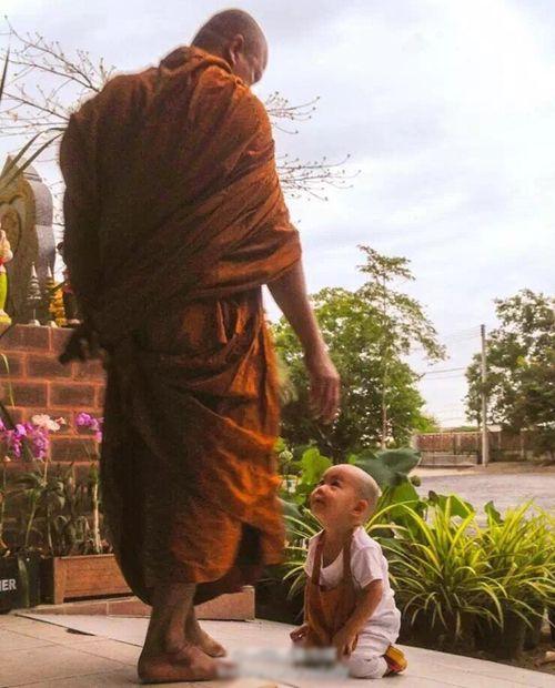 Nongkorn nhỏ xíu quỳ trước sư phụ.