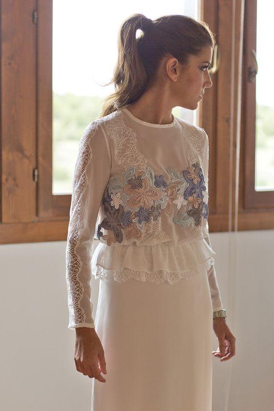 Vestido de novia de dos piezas con una blusa de chiffón de seda y aplicaciones, hechas a mano, de encaje de Calais y flores de guipur, de Katarina Grey
