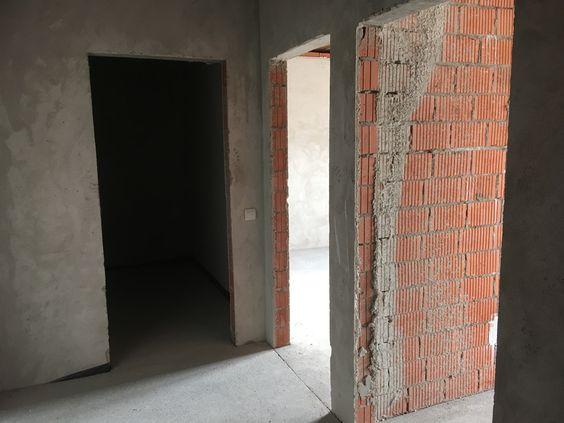 Вид на вход в санузел, комнату и кухню, 4 этаж