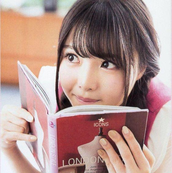 本を読んでる麻倉ももさん