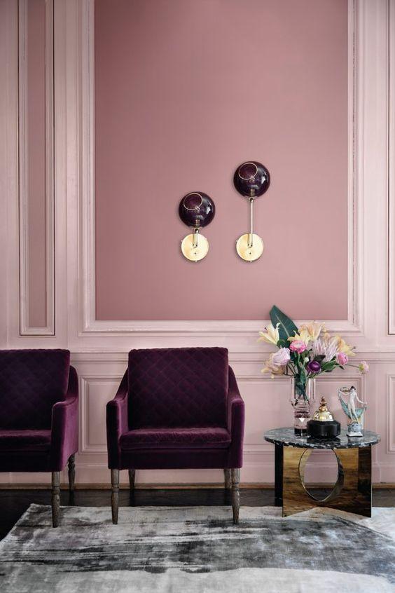 salon design by us rose velours fauteuil framboise peinture Rasmus Larsson #pink #rosepoudré #fauteuilrose #fauteuilmauve #mnauve #violet #fushia #salon #interiordesign #design #designbyus #interior #wall #idéedéco #bouquet #fleurs