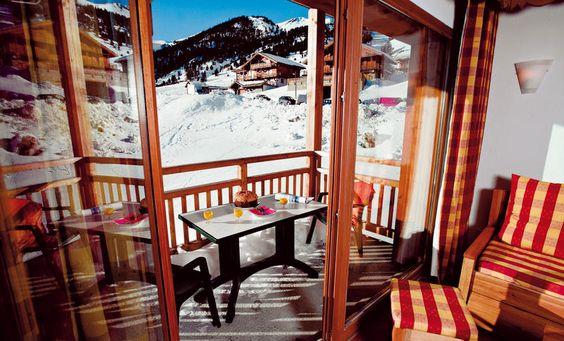De mooie kwaliteitsvolle appartementen MMV Le Hameau des Airelles zijn ideaal gelegen aan de voet van de pistes.  Kleine kinderen kunnen terecht in de miniclub, terwijl de ouders na het skien heerlijk ontspannen in de wellnessruimte met sauna, stoom- en bubbelbad. Er is ook een verwarmd zwembad.  Gasten kunnen gebruik maken van wifi, wasserette en broodjesservice.  De appartementen bevinden zich op ongeveer 200 meter van de skiliften. #Montgenevre Officiële categorie ****
