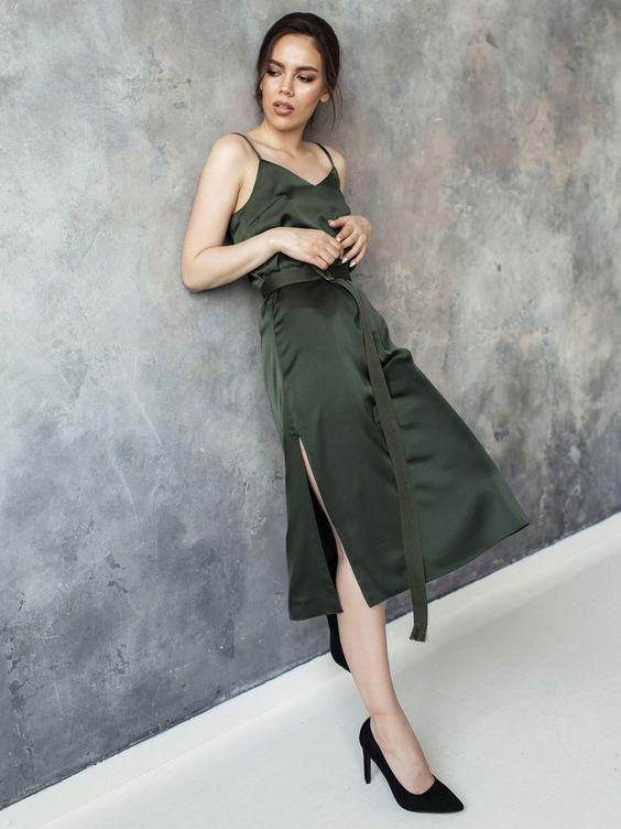 """Платье-комбинация """"Classic"""" с разрезами по бокам: Два слоя ткани, благодаря чему ткань не просвечивает.Струящаяся ткань в сочетании с текстильным поясом, создает незабываемый образ. Платье можно сочетать с кросовками и с каблуками.Слегка приталеного силуэта.Лямочки регулируются."""