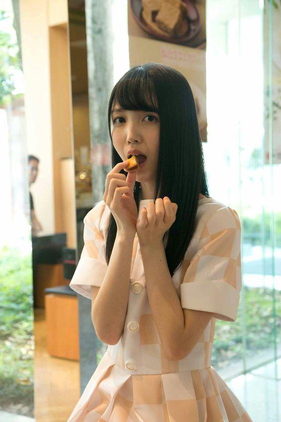 お菓子を食べる久保史緒里