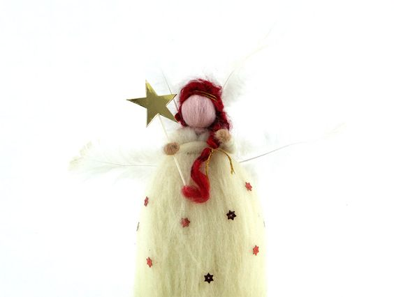 Tüy Kanatlı Peri Keçe BebekTüy kanatlı peri keçe bebek,saçları, sihirlideğneğivekıyafetindekidetaylar ile tam bir koleksiyon ürünüdür.Doğal keçe, işlemesi oldukça zahmetlibir materyaldir ancak nitelikleri bakımından yüzyıllardır