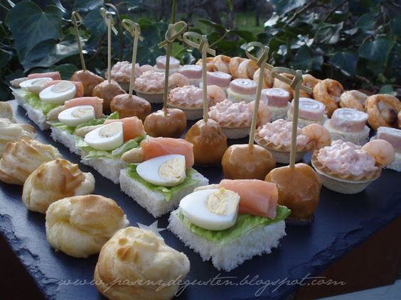 Pasen y degusten canap s con tabla para aligerar la for Canapes y aperitivos