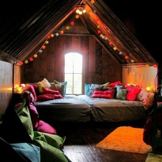 Idee für Jugendzimmer mit Dachschräge praktisches Bett mit Schubladen
