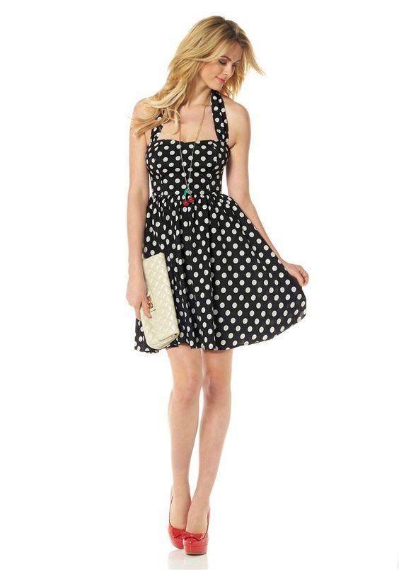 Sweet Sixties! Das schwarz-weiße Neckholder-Kleid von Siena Studio aus New York ist die ideale Mischung aus sexy und elegant. Der Tupfen-Mini im Stil der 60er-Jahre betont eine feminine Silhouette mit knappem Bustier-Oberteil, schmaler Taille und kurzem, schwungvoll ausgestelltem Rockteil.
