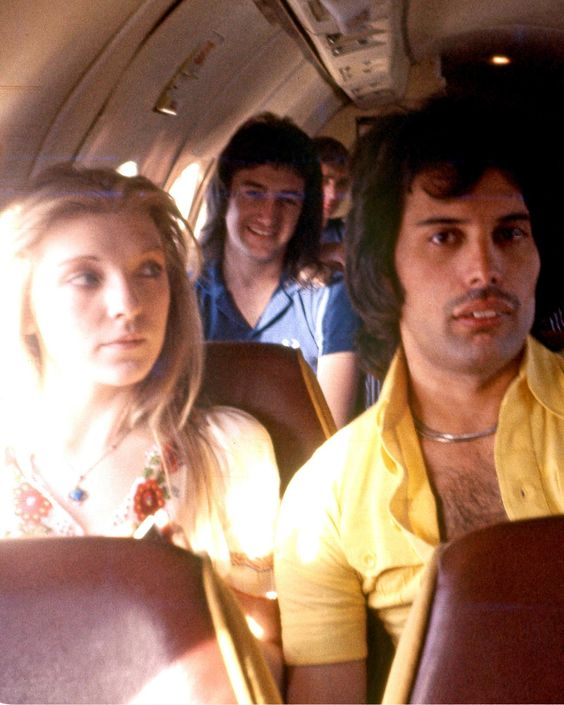 Freddie Mercury and his girlfriend Mary Austin (with John Deacon in the back), 1977 : OldSchoolCool